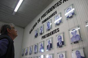 Eduardo Moreira conferindo na ACIL, a foto de seu avô Francisco Fernandes Pinho que foi um dos presidentes da entidade