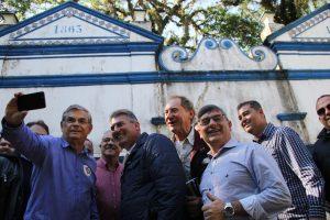 Os visitantes com Moreira na fonte da Carioca