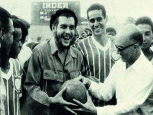 Esta foto foi capturada em 1963, e mostra o time do Madureira em excursão a Cuba, com Che Guevara.