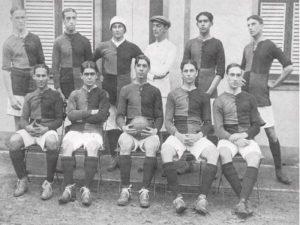 Esta foto foi capturada em 06 de outubro de 1912, no Rio de Janeiro, e mostra o primeiro time do Flamengo.