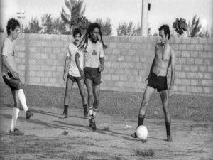 Esta foto foi capturada em  março de 1980, no Rio de Janeiro. Na sua primeira viagem ao Brasil, Bob Marley e sua banda conheceram a cidade e jogaram futebol, acompanhados por Chico Buarque, Alceu Valença e Toquinho.